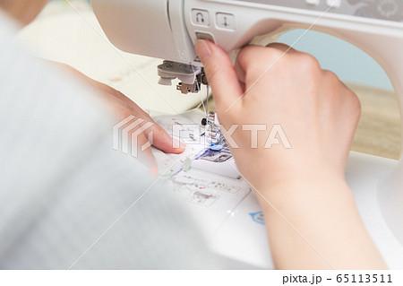 裁縫をする女性の手元 手作りマスク 65113511
