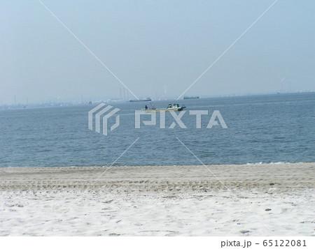 稲毛海岸から貝取り漁船を写す 65122081
