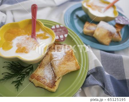 フレンチトーストとヨーグルトの朝食プレート 65125195
