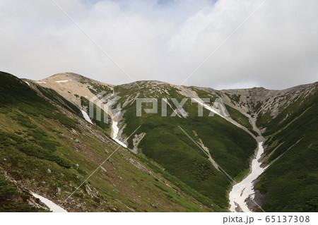 薬師岳に至る登山道から見た山並み 65137308