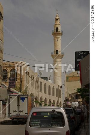 【ヨルダン】ザルカ、住宅街にあるモスクのミナレット 65142896