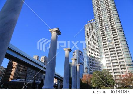 公園のオブジェとタワーマンション 65144848