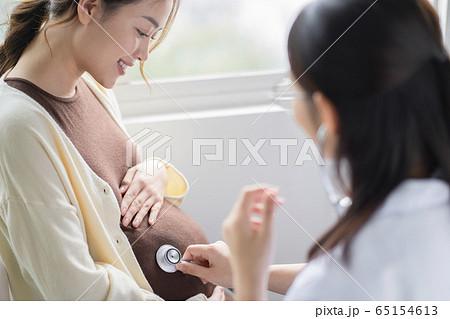 病院に通う妊娠をしている女性 65154613