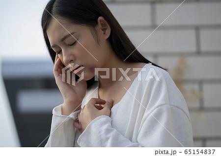 身体に傷のある若い女性 65154837