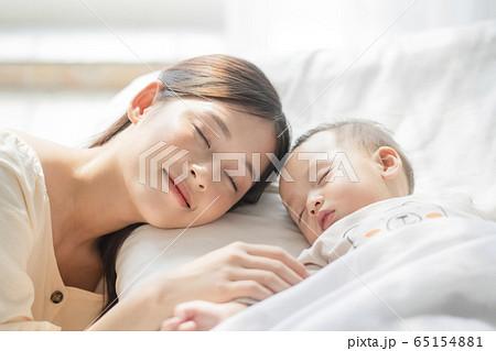 子育てをする若い女性と幼児 65154881
