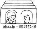小屋(犬小屋)の中でおしゃべり・犬と男の子・モノクロ 65157246