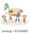 家で体操をする家族 65164867