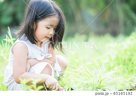A child playing in the garden 65165192