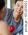 ダンベル 腕の筋肉 上腕三頭筋 若い男性 65165601
