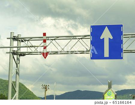 道路の端を示す視線誘導施設の矢羽根(北海道旭川市) 65166164