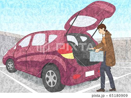 車に荷物を積む女性 65180909