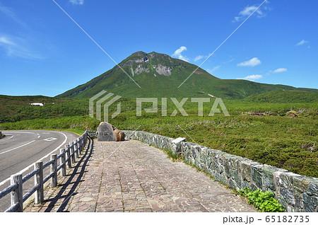 初夏の知床峠から見た羅臼岳(北海道) 65182735