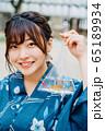 金魚を持つ浴衣の女の子 65189934