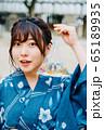 金魚を持つ浴衣の女の子 65189935