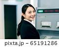 ビジネスウーマン  銀行 ATM 振込 65191286