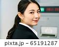ビジネスウーマン  銀行 ATM 振込 65191287