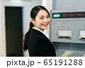 ビジネスウーマン  銀行 ATM 振込 65191288