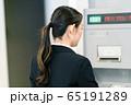 ビジネスウーマン  銀行 ATM 振込 65191289