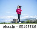 走る女性 65193586
