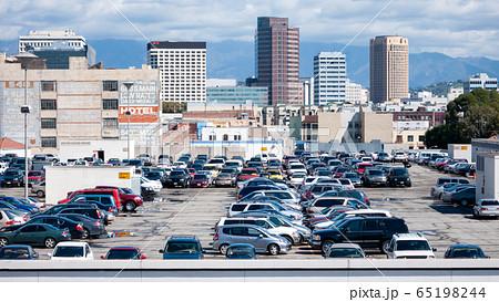 アメリカ ロサンゼルスのビルの屋上 65198244