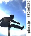 CG立体イラスト 壁を飛び越える男性のシルエット ハードル 可能性 挑戦 65206329
