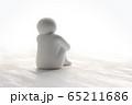 座って考える人(白い人形) 65211686
