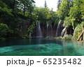 滝と青の湖 65235482