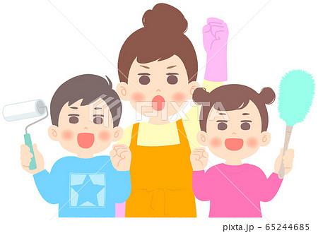 掃除を頑張る母と兄妹 - 大掃除 65244685