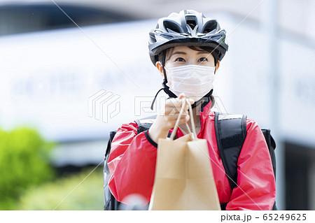 女性自転車フードデリバリー 65249625