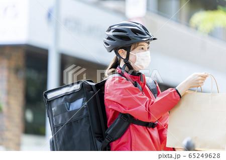 女性自転車フードデリバリー 65249628