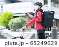 女性自転車フードデリバリー 65249629