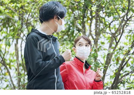 マスクをつけてジョギングする人々 65252818