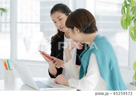 女性 パソコン ビジネス 65259572
