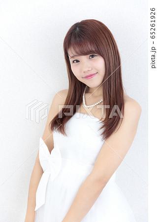 若い女性 ヘアスタイル 65261926