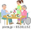 食事するシニアと女性スタッフ 65281152