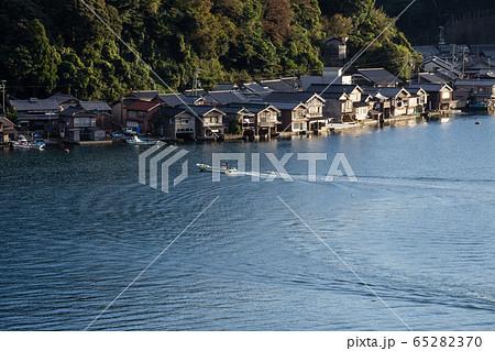 京都符伊根町 伊根湾の漁船と船屋の街並み 65282370