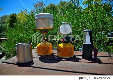キャンプのイメージ・ガスコンロとマグカップとガスランタンと電池式ランタン(1) 65292859