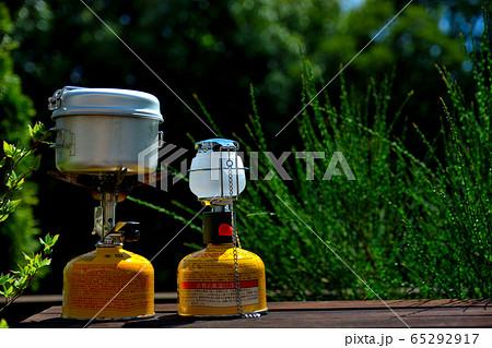 アウトドアのイメージ・キャンプ用品・ソロ用ガスランタンとガスコンロ(1) 65292917