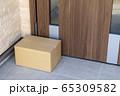 宅配便の荷物を無人の玄関に置いておくイメージ 65309582