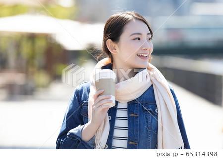 ライフスタイル コーヒーカップを持って歩く女性 65314398