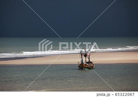 干潮の浜辺の陽だまりに係留されたタイの漁猟船 65322067