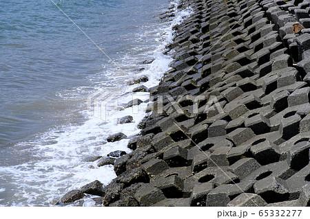 波を消す規則正しい並んだブロック 65332277