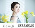 女性 花 フラワーアレンジメント  65336585
