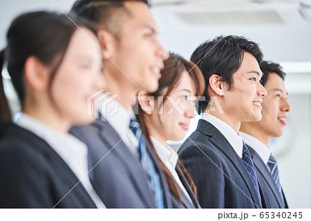 オフィスに立つビジネスマンたち 65340245