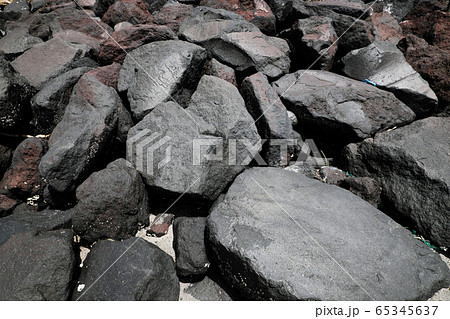 ゴロゴロとした大きな巨大石のテクスチャー素材 65345637