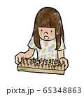 輪ゴムと釘で作った迷路で遊ぶ女の子 65348863