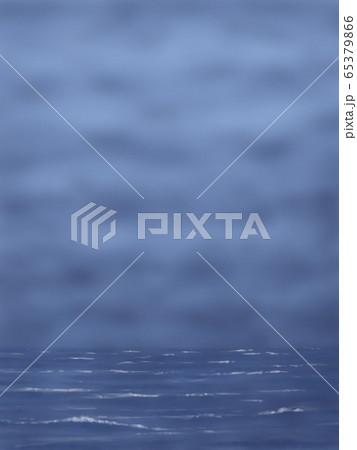 どんより暗い雲と海・縦長 65379866