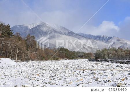 長野県大町温泉郷 鹿島川の雪景色 65388440