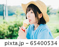 ソフトクリームを食べる女の子 65400534