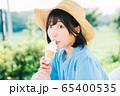 ソフトクリームを食べる女の子 65400535